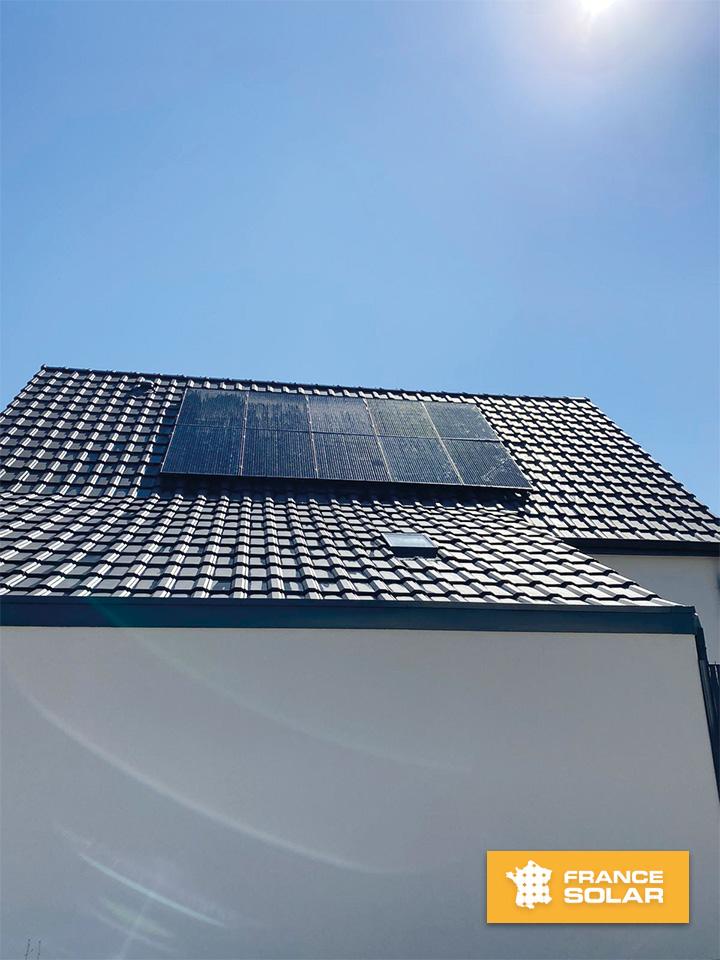 Photo de la pose des 10 panneaux solaires photovoltaïques pour notre client à Staffelfelden dans le 68 (Grand-Est)