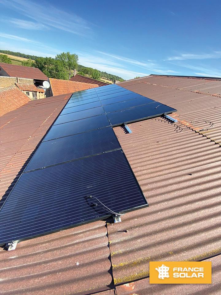 Pose des 20 panneaux photovoltaïques en surimposition couplé à un onduleur centralisé