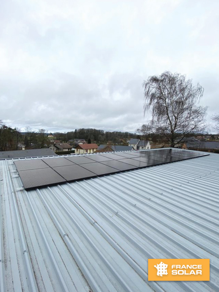 Installation de panneaux solaires noirs chez notre cliente à Sanchey