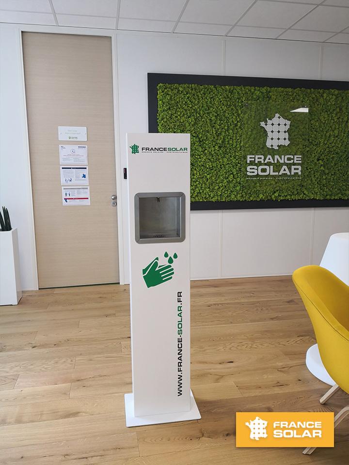 France Solar 2020 : Distributeur de Gel Hydroalcoolique dans l'agence de France solar (Hoerdt) (Photo prise le 11 Mai 2020)